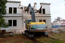 Budova mateřské školy v Jiříkově byla tento týden za asistence hasičů zdemolovaná kvůli špatnému stavu.  Stavět se bude nová.
