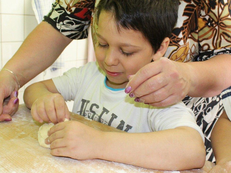Děti z dětského domova v České Kamenici si vyzkoušely jak se peče.