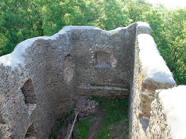 Havarijní stav hradu Kamenice na Zámeckém vrchu.