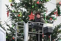Stavění vánočního stromu na Masarykově náměstí v Děčíně.