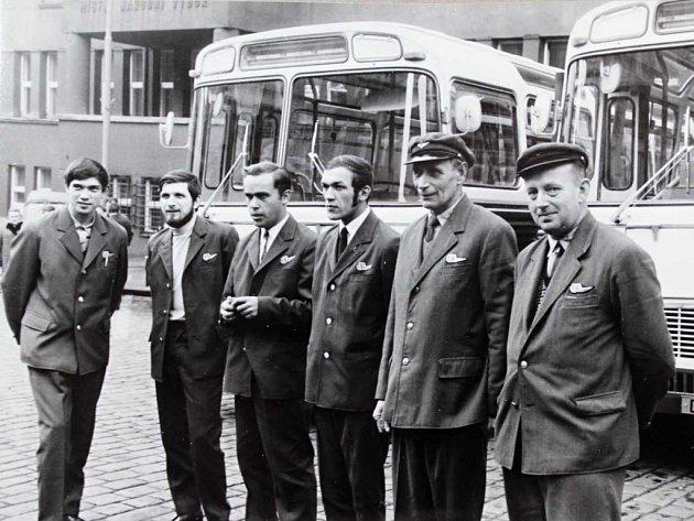 Předávání nových autobusů před děčínským městským národním výborem.
