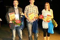 NEJLEPŠÍ SPORTOVCE města Rumburku už známe. V kategorii dospělí – na snímku stojí zleva L. Kamenický, A. Kozelka a V. Jindrová.
