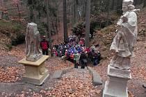 Přístupové opravené schodiště se sochou sv. Jana Nepomuckého.