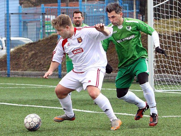 SMŮLA. Heřmanov (v zeleném) prohrál s Hostovicemi gólem v nastavení.