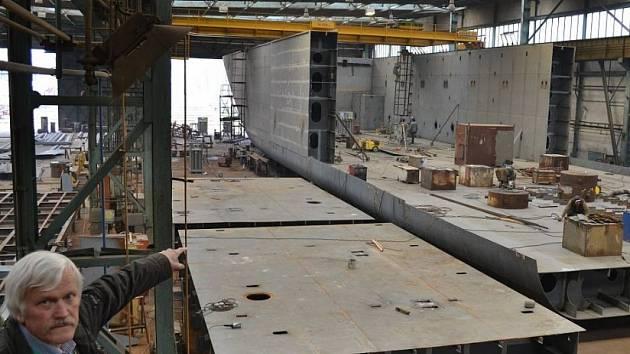 Největší říčně námořní plavidlo vypluje do Nizozemska z loděnic v Křešicích.