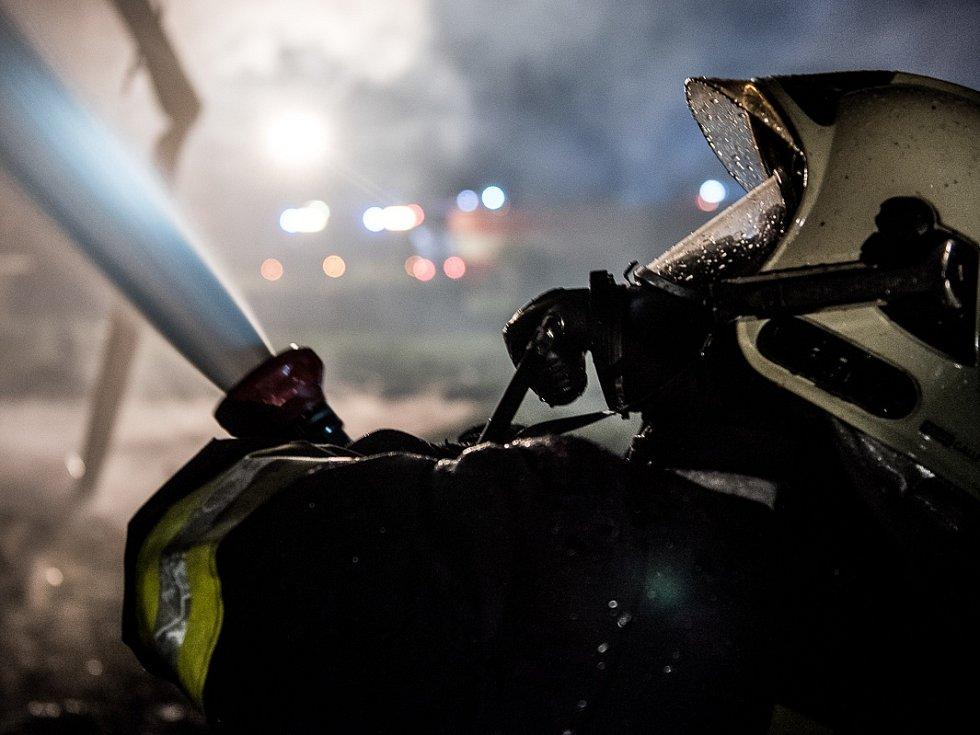 Požár se snažilo zkrotit pět hasičských jednotek. Plameny ale dům zničily.