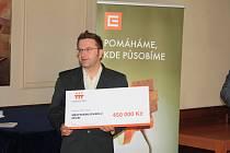 Symbolický šek si převzal ředitel divadla Jiří Trnka.
