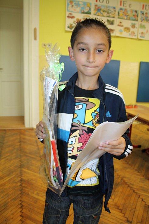 Celkem sedmnáct dětí z verneřické základní školy dostalo v pátek ráno své první závěrečné vysvědčení.