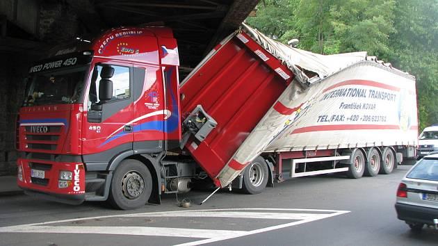 Řidič kamionu neprojel pod železničním mostem