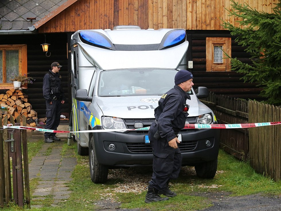 Policisté vyšetřují na místě, kde k hrůzné události došlo.