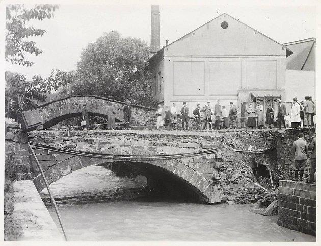 Most poničený povodní vroce 1927.