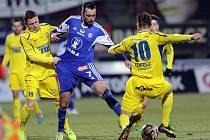 MICHAL ORDOŠ (uprostřed) rozhodl vítězným gólem úterní dohrávku 15. kola mezi domácí Sigmou Olomouc a hosty z Varnsdorfu. Na snímku se ho snaží zastavit Pavlo Rudnytskyy (vlevo) a Jan Linka (vpravo).