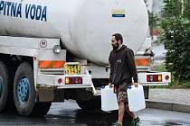 V části Nového Boru na Českolipsku si lidé musejí chodit pro pitnou vodu k cisternám.