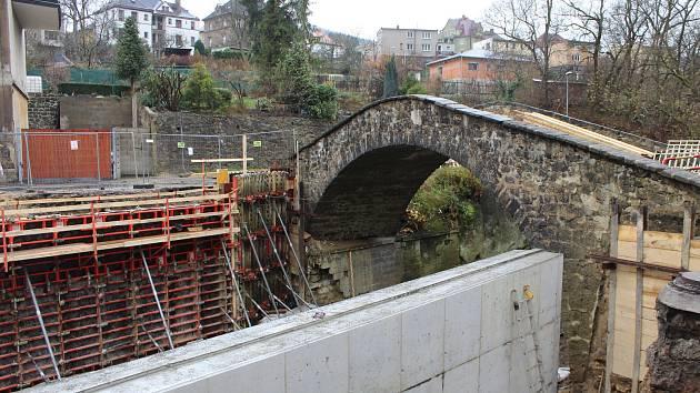 Přes most na Pivovarské se v tuto chvíli nedostanou ani pěší.