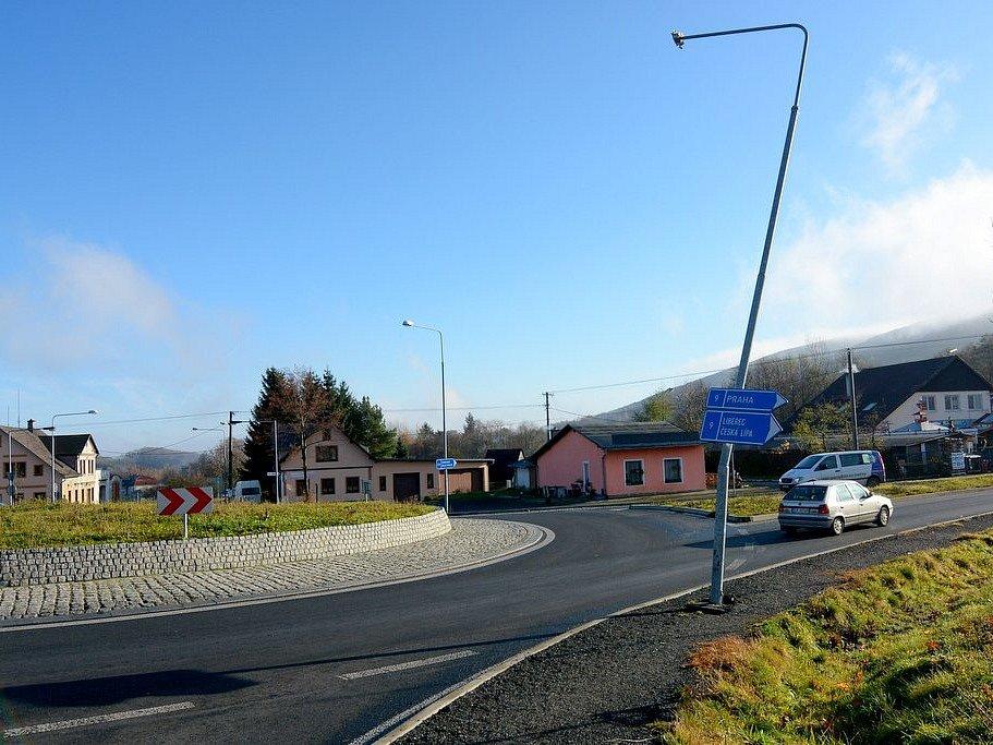 Řidiči, kteří projíždějí po kruhovém objezdu u Jiřetína pod Jedlovou si musí dávat pozor.