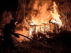 Požár chaty v ulici Chmelařská ve Varnsdorfu.