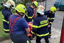 Hasiči asistovali u transportu pacienta.