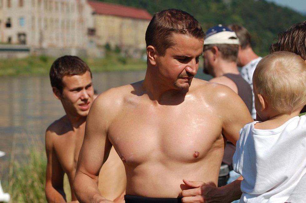 NĚKTEŘÍ ÚČASTNÍCI neztratili úsměv ani při zahájení závodu v Ústí nad Labem u Labské bašty. Nakonec se jich na startu objevilo 39.