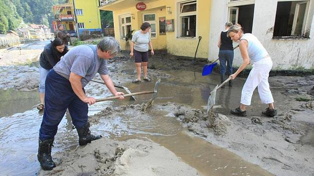 Další obrovské škody napáchala povodeň na Děčínsku v turisticky vyhledávaném Hřensku.Voda zde zničila část komunikací a most,který spojuje silnici k soutězkám.