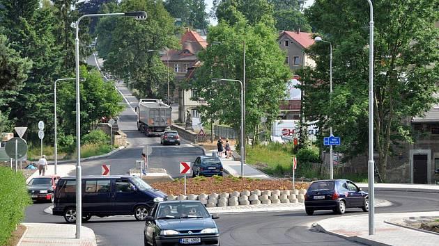 Motoristé už mohou využívat novou okružní křižovatku v Rumburku, tak zvanou U labutě.