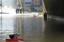 Děčínští hasiči odčerpávají vodu, která zaplavila Pětimostí