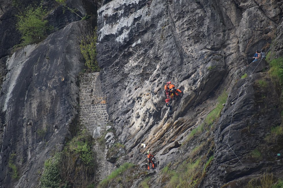 Hasiči vysvobodil lezce na ferratě v Děčíně.
