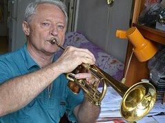 Petr Svadbík hraje na trumpetu i doma.