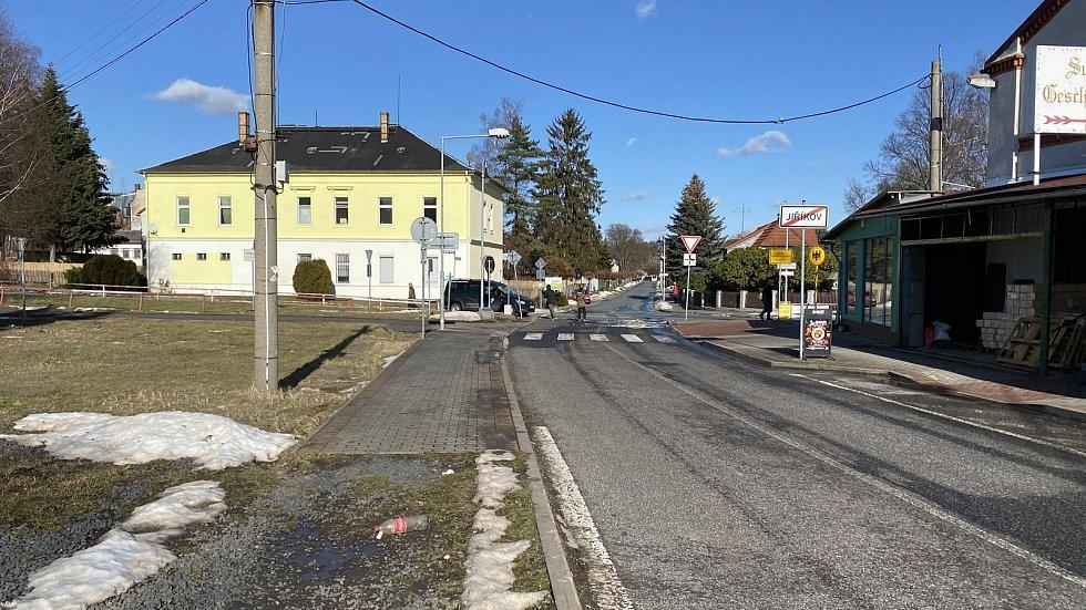 V Jiříkově kvete obchod i v době covidové, hranici totiž tvoří zábradlí.