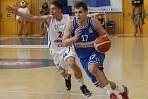 SEMIFINÁLE JE BLÍZKO! Děčínští basketbalisté (v bílém) porazili USK Praha a v sérii vedou 2:1.