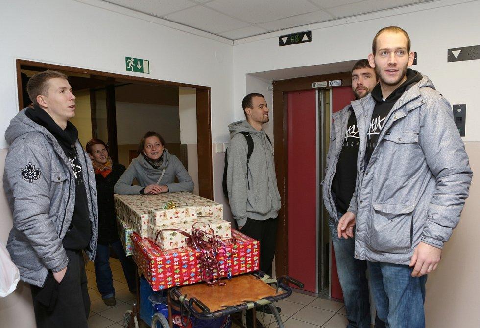 Tento týden vyrazili hráči BK Děčín do děčínské nemocnice.
