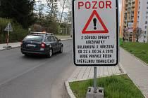 Na uzavření křižovatky upozorňuje řidiče již několik dní značka.