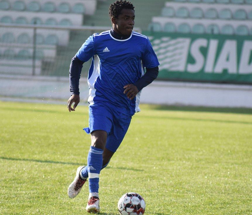 MODRÁ NEUSPĚLA. Fotbalisté Modré (modré dresy) prohráli na hřišti Mosteckého FK 1:2.