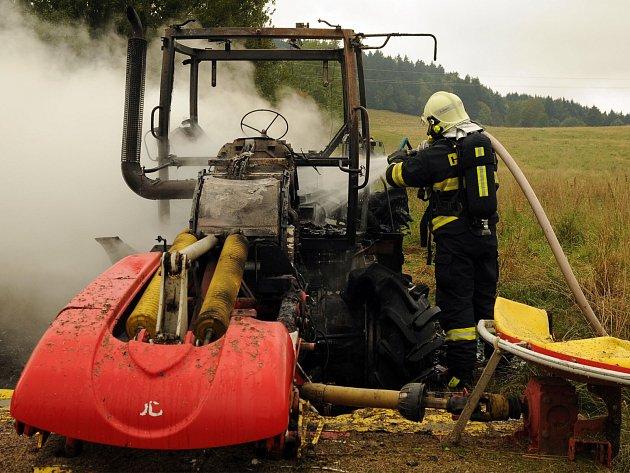 Traktor chytl přímo na poli v Mikulášovicích.