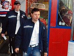 NOVÝ TRENÉR. Jaroslav Hašek (vpředu) nový trenér HC Děčín. V pozadí je Jaromír Carvan.