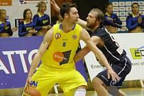 SENZACE! Děčínští basketbalisté (v tmavém) po devíti letech prohráli derby proti Ústí nad Labem.