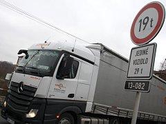 Kamiony jezdí přes mostek v Jílovém.