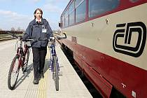 Lidé si mohou v Děčíně na nádraží půjčit kola.
