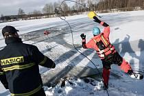 Na rybníku Racek trénovali rumburští dobrovolní hasiči záchranu lidí z probořeného ledu na zamrzlé ploše.