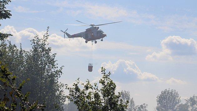 U lesního požáru ve Františkově pomáhal i armádní vrtulník
