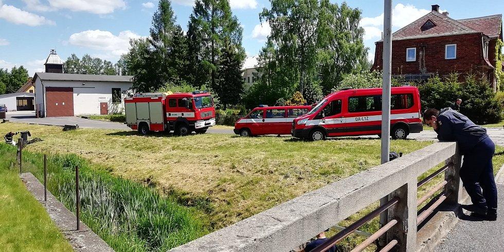 V Rybništi uniklo po vykolejení lokomotivy několik tisíc litrů nafty.