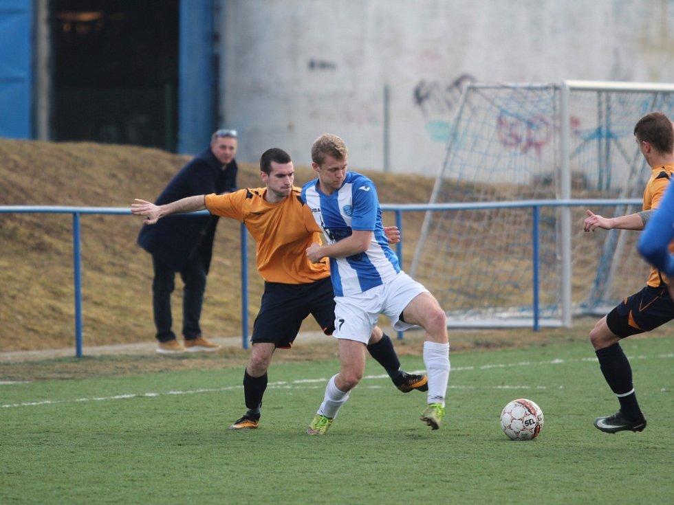 KRUTÁ PORÁŽKA. Jílové (v oranžovém) padlo 1:4 s Mosteckým FK.
