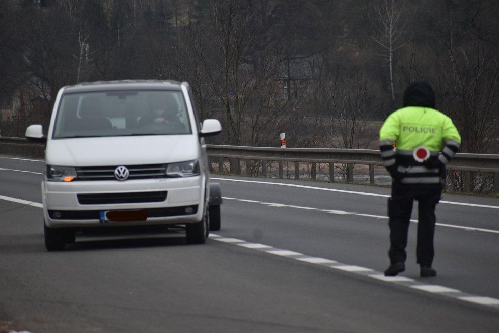 Policie kontroluje dodržování zákazu pohybu mezi Děčínem a Ústím nad Labem v Povrlech.
