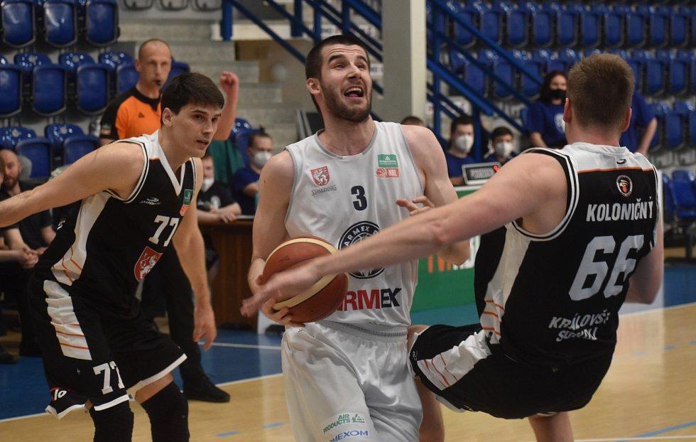 Basketbalisté Děčína v prvním utkání předkola play-off hostili na domácí palubovce Hradec Králové.