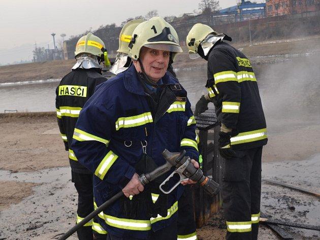 Dobrovolní hasiči z Děčína-Starého Města se stylově rozloučili se svým kolegou a bývalým velitelem z výjezdové jednotky Bohuslavem Pšeničkou cvičením u Labe.