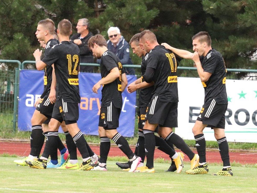 Fotbalisté Varnsdorfu (černé dresy) doma porazili Žižkov 2:1.