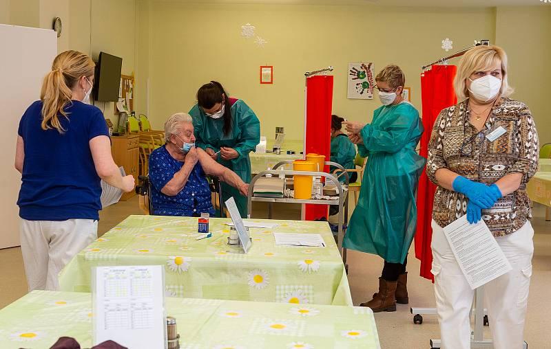V domově na Severní Terase začalo očkování seniorů.