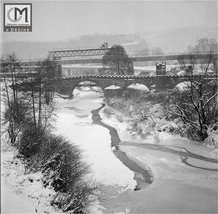 V současné době spíše zamrzají menší přítoky Labe. Ploučnice v době stavby nového mostu cca. 80. léta