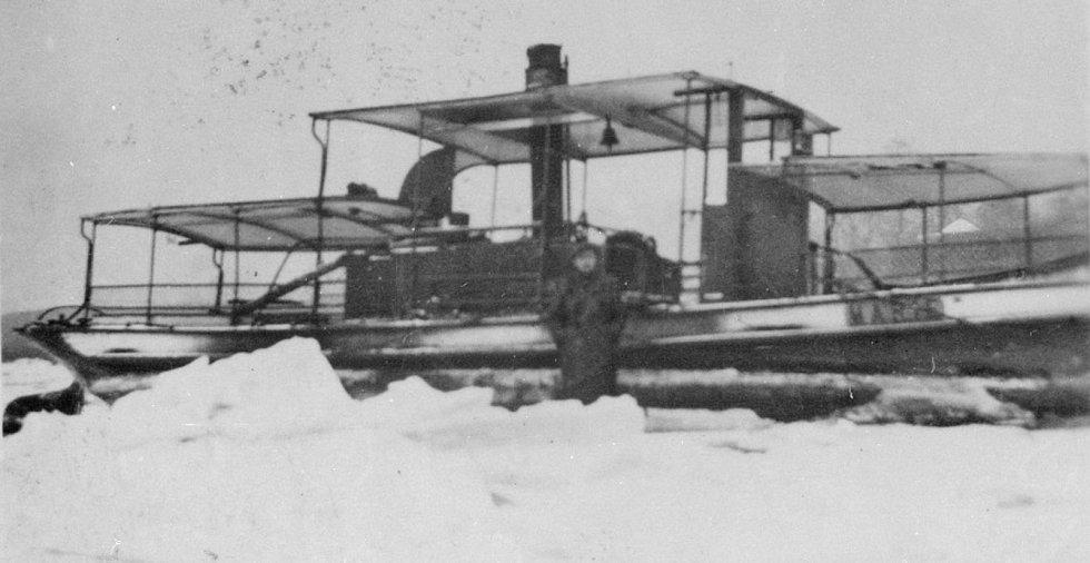 František Rychnovský a jeho převozní parníček Marie zamrzlý uprostřed řeky v roce 1947