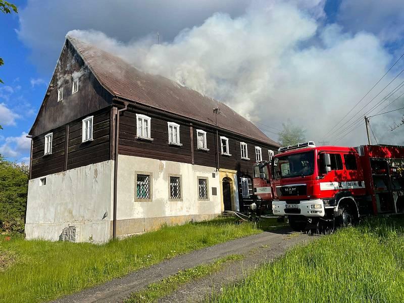 Čtyři jednotky hasičů zasahovaly v neděli 30. května u požáru roubenky v Chřibské.
