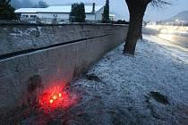 Na místě poslední dopravní nehody – u hřbitovní zdi – vznikl pomníček.